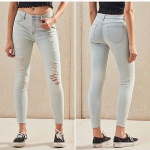 Light wash distressed ankle jegging
